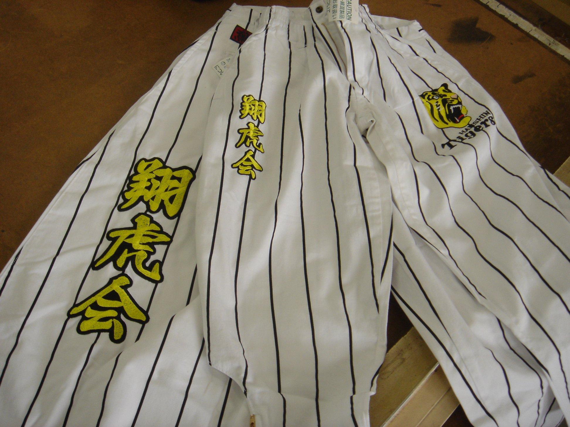 野球ユニフォーム(パンツ)への刺繍例です。